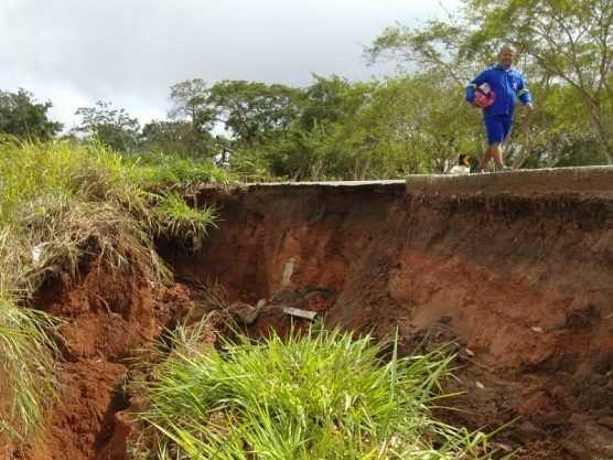 Paraíba Online • Deslocamento de terra na BR-104 provoca rompimento de adutora