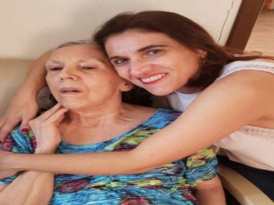 A professora universitária e escritora Cinthya Amaral, de 45 anos, ao lado da mãe, Miriam Amaral, 69 anos - Arquivo pessoal