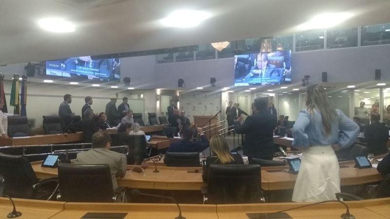 Paraíba Online • Presidente da ALPB encerra sessão por confusão entre os deputados