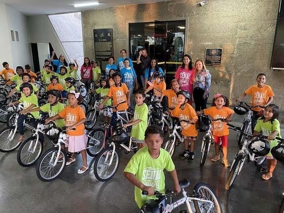 Paraíba Online • Crianças atendidas por programa da PMCG ganham bicicletas em parceria com o Senai