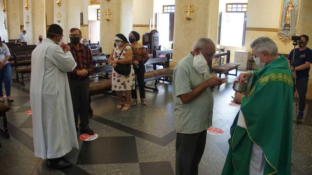 Paraíba Online • Veja como foi a volta dos fiéis às celebrações na Catedral de Campina Grande